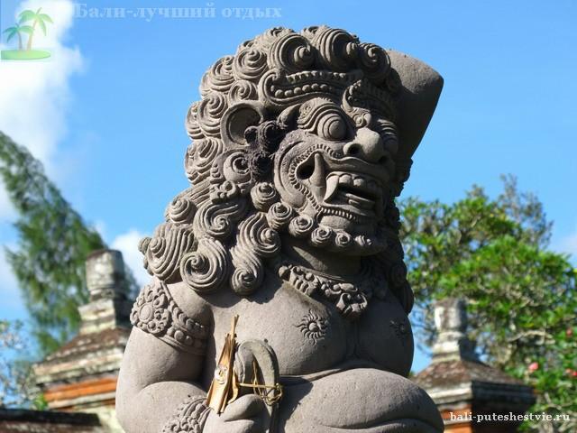 Скульптура божества в храме
