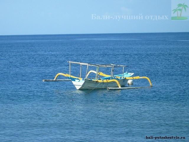 Традиционная лодка местных рыбаков Амед Бали