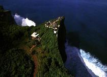 Храм Улувату находится на самом краю скалы на южной точке Бали