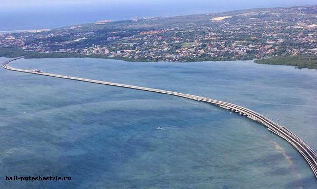 Дорога проходит над морским заливом