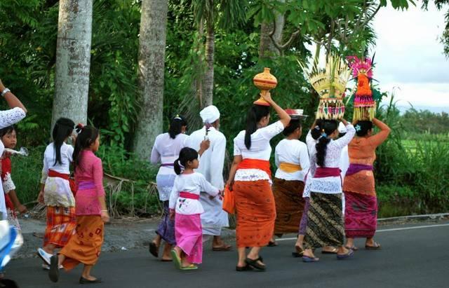Балийцы на традиционной церемонии