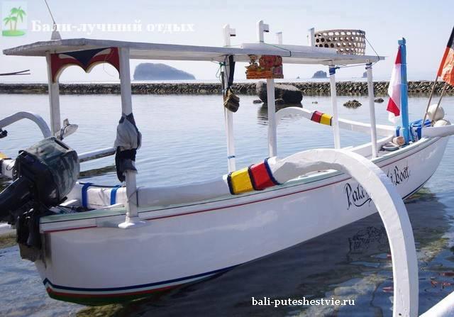 лодка рыбака на Бали
